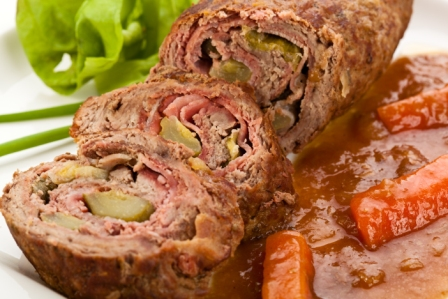 Rollo de Carne de Res Relleno de Jamón y Vegetales